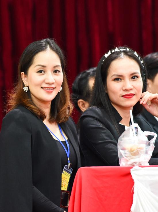 Bà mẹ hai con vui vẻ hội ngộ với các đồng nghiệp, trong đó có Thu Trang - bà xã của kiện tướng dance sport Hồng Việt.