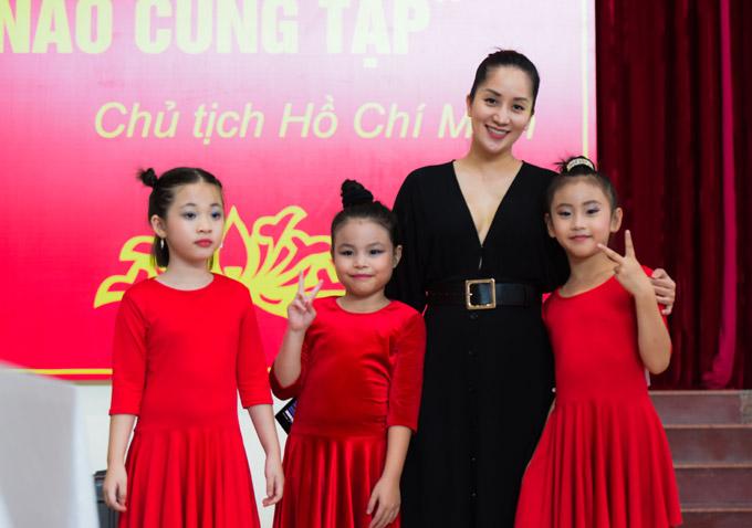 Trong những ngày Khánh Thi đi chấm thi ở Hải Phòng, con gái cô được ông xã, bà ngoại chăm sóc.