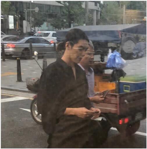 Kim Woo Bin xuất hiện sáng 10/8.
