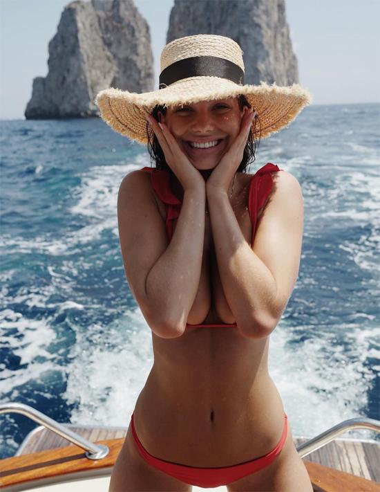 Camila Morrone hạnh phúc tận hưởng nắng vàng biển xanh ở Corsica, Pháp trong chuyến du lịch với Leonardo DiCaprio vào tuần này.