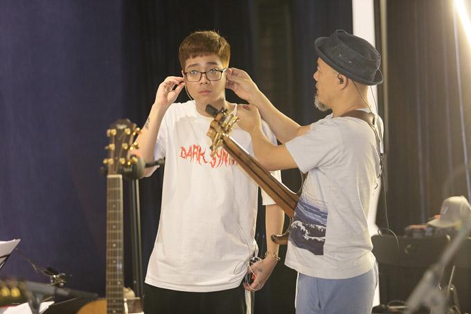 Nam ca sĩ không chỉ được diva nhạc Việt ưu ái mà nhạc sĩ Huy Tuấn cũng dành nhiều tình cảm cho anh.