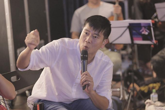 Nhạc sĩ Hồ Hoài Anh cũng bay ra Hà Nội để trợ giúp cho Mỹ Linh trong show diễn.