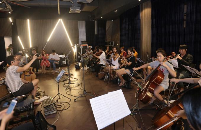 Dàn nhạc cổ điển miệt mài tập luyện dưới sự chỉ đạo của nhạc sĩ Anh Quân.