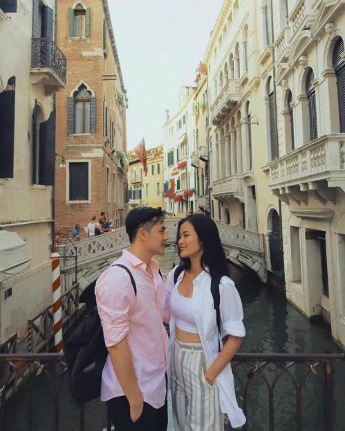 Đông Nhi và Ông Cao Thắng chụp ảnh tình tứ bên nhau khi du lịch ở TPVenezia. Nhất định phải có hình lãng mạn ở thành phố lãng mạn nhất thế giới này, nữ ca sĩ chia sẻ.