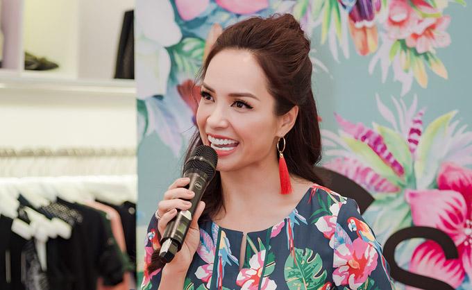 Trong chương trìnhbà xã nhạc sĩ Minh Khang còn đảm nhận vai trò MC.