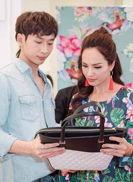 Tuấn Trần rất quý mến mẹ Thúy Hạnh, thậm chí tận tình chọn túi xách cho cô.