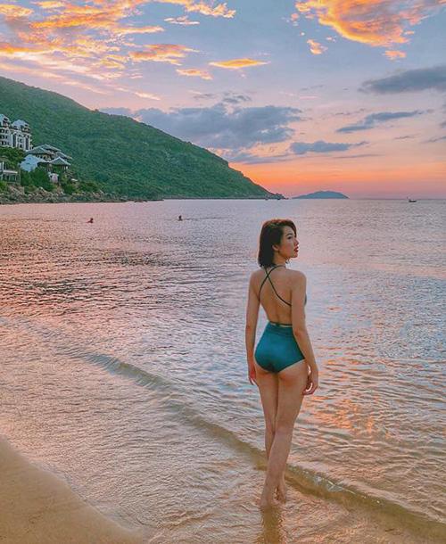 Thúy Ngân Gạo nếp gạo tẻ khoe thân hình sexy trên biển lúc hoàng hôn.