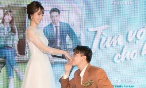 S.T quỳ gối hôn tay Jang Mi tại sự kiện