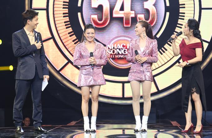 Ca sĩ Nguyễn Hải Yến (thứ hai từ trái qua) đồng hành cùng thí sinh Hồng Đào tại sân chơi này. Song ca thể hiện ca khúc Chỉ là giấc mơ với hy vọng giành vé vào chung kết.