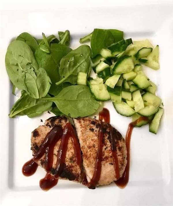 Bên cạnh đó, cô còn tích cực thay đổi chế độ ăn, tăng cường protein và rau xanh, hạn chế tinh bột kém lành mạnh để giảm mỡ thừa vòng eo.