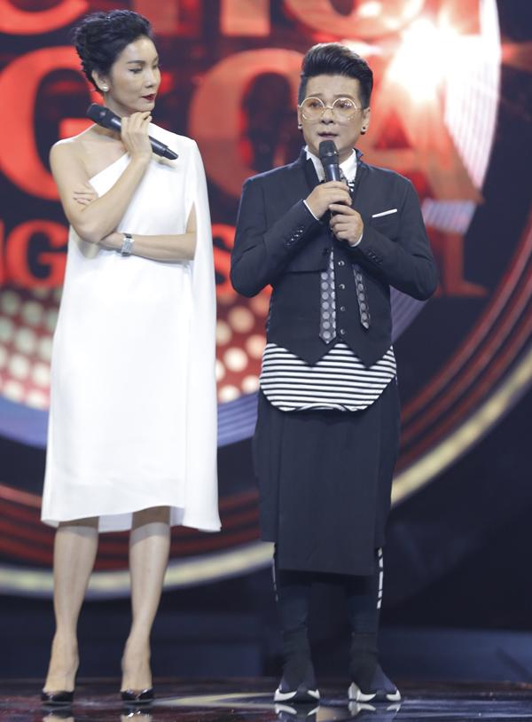 Siêu mẫu Xuân Lan và ca sĩ Vũ Hà gây bất ngờ khi cướp mic của Ngô Kiến Huy và Ốc Thanh Vân để tranh làm MC đêm bán kết.