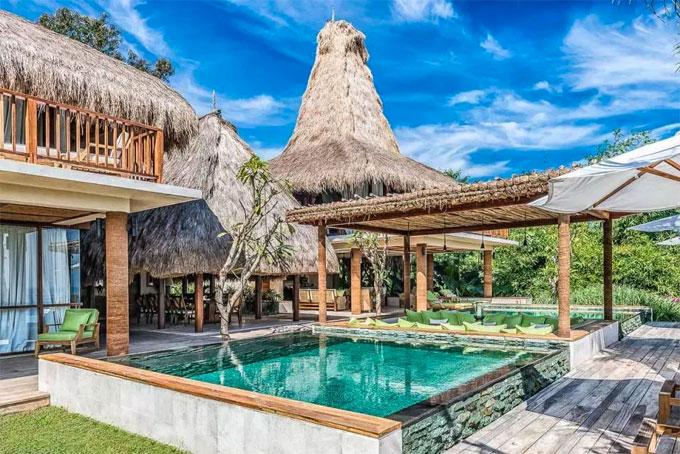 Khu nghỉ dưỡng nằm ở đảo Pulau Sumba, Indonesia có giá thuê phòng lên đến 5.000 bảng một đêm. Theo tính toán, gia đình đông người của Becks tốn tới 25.000 bảng tiền lưu trú tuy vậy nguồn tin cho rằng chủ resort quyết định miễn phí tiền thuê phòng cho cựu danh thủ người Anh.