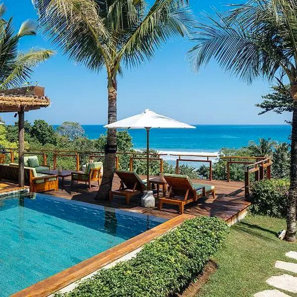 View của bể bơi nhìn thẳng ra biển.