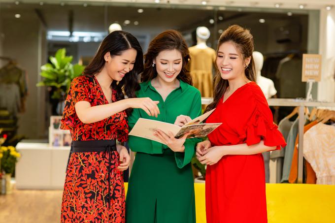 Người đẹp Phan Hoàng Thu (váy đỏ) cũng có mặt tại event và hội ngộ với Dương Thuỳ Linh, Phí Thuỳ Linh.