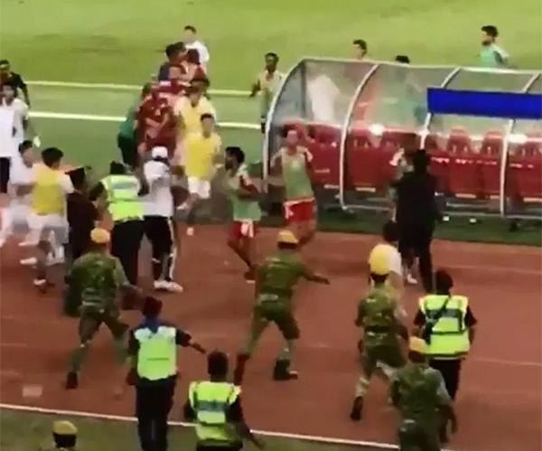 Cầu thủ, ban huấn luyện của Olympic Malaysia và UAE lao vào đánh nhau.