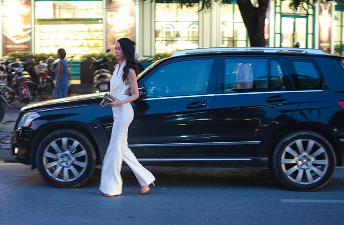 Cuộc sống của gái một contrở nên bận rộn hơn sau khi cô đăng quang Hoa hậu Phụ nữ Toàn thế giới 2018. Ngoài việc chạy show dự event và quảng cáo, cô vẫnlàm MC cho một số chương trình truyền hình và hỗ trợ ông xã kinh doanh. Việc chăm sóc con cái và dọn dẹp nhà cửa, Dương Thuỳ Linh cũng một tay chu toàn bởi gia đình cô không có người giúp việc.