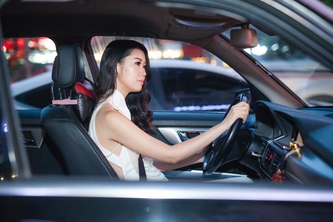 Chiều tối ngày 10/8, sau khi hoàn tất việc ghi hình tại Đài truyền hình, Dương Thuỳ Linh vội vã make-up và thay trang phục đến dự event. Cô tự lái xe mà không có người thân hoặc trợ lý đi cùng.