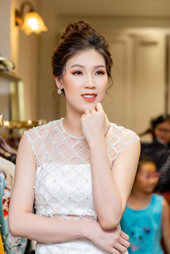 Hoa hậu Áo dài Phí Thuỳ Linh khoe vẻ trẻ trung dù đã là bà mẹ hai con.