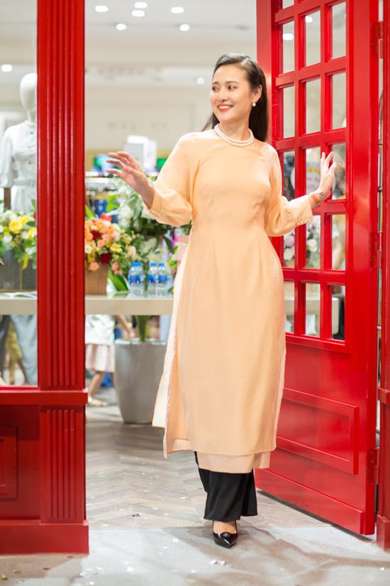 Không chọn váy điệu đà như các nghệ sĩ khác, MC Lê Thuỳ Linh lại dịu dàng trong áo dài cách điệu.