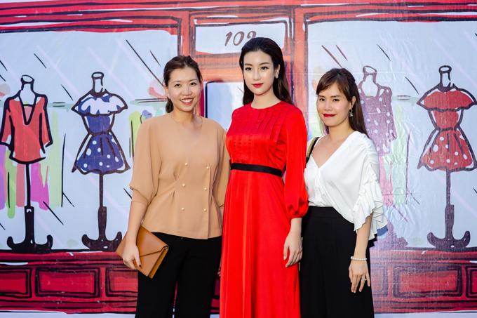 Đỗ Mỹ Linh chúc mừng hai nhà thiết kế Tú Ngô (bên phải) và Nguyễn Minh Phúc (bên trái) mở showroom mới tại Hà Nội.