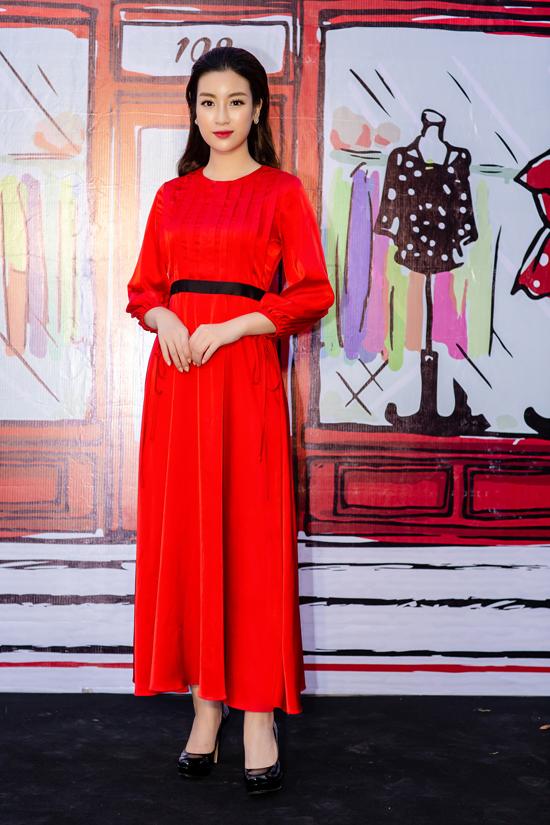 Hoa hậu Đỗ Mỹ Linh cũng tham gia chương trình với bộ đầm đỏ rực. Nhiều tháng qua cô liên tục phải bay vào Sài Gòn để đồng hành cùng cuộc thi Hoa hậu Việt Nam 2018 trong vai trò giám khảo. Có những tháng tôi đi liên tục nên không thể về nhà. Nhưng tôi nghĩ mình còn trẻ nên vẫn đủ sức để cân tất cả công việc. Khi rảnh rỗi tôi tranh thủ nghỉ ngơi bằng cách đi spa thư giãn và chăm sóc nhan sắc, cô tâm sự.