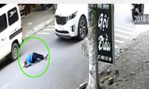 Bà cụ sang đường bị ôtô tông bất tỉnh, nhiều người ngó nhưng không giúp