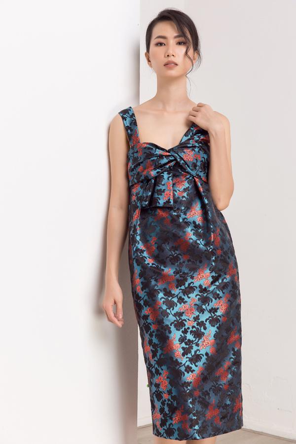 Thanh Thủy thể hiện sưu tập váy áo may bằng chất liệu gấm của nhà thiết kế Thủy Nguyễn.