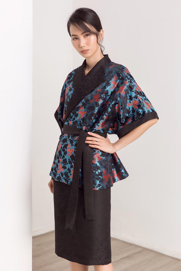 Thanh Thủy tạo dáng với một trang phục họa tiết hoa cúc.