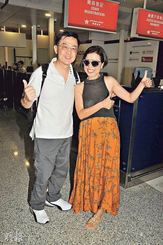 Bốmẹ Trần Khải Lâm tại sân bay hôm 10/8.