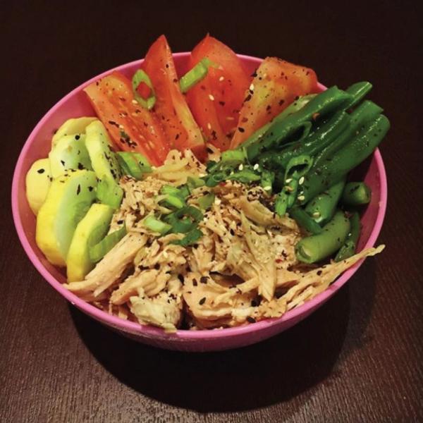 Đầu tiên, Kristina loại bỏ hoàn toàn đường và tinh bột ra khỏi thực đơn. Cô cũng bỏ tất cả đồ ăn vặt, thay bằng trái cây và rau củ quả.