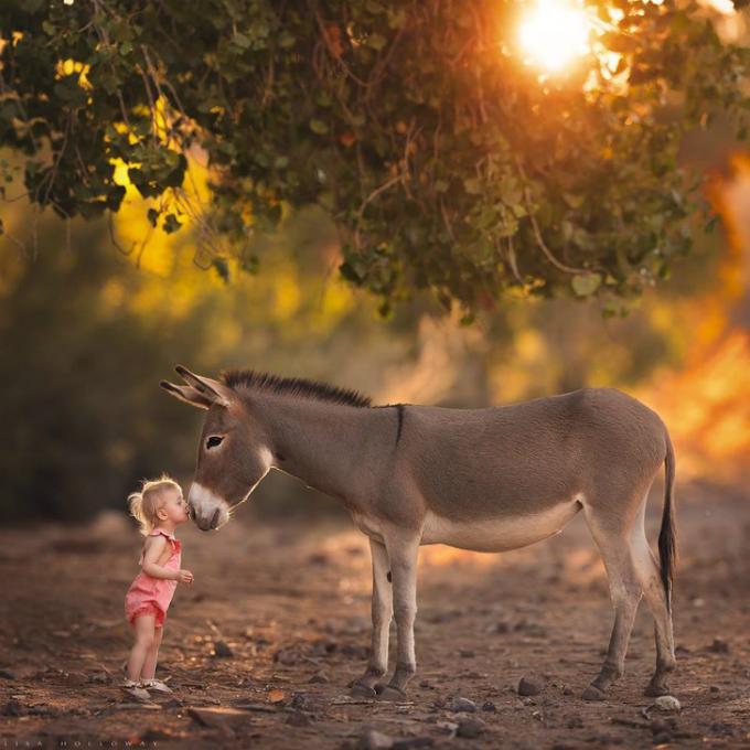 Trẻ con luôn có biểu cảm và tương tác tốt khi chụp ảnh cùng một món đồ chơi yêu thích hay vật nuôi.