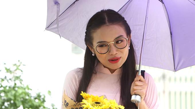 Diễn viên Tuyết Oanh  thủ vai Oanh - con gái cả của ông Thế, là giáo viên, 32 tuổi, ế chồng, luôn cho rằng mình quá hoàn hảo và thánh thiện.