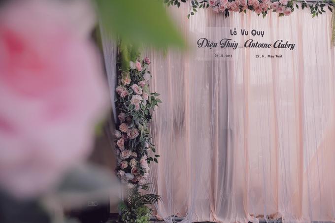 Ngày vui của cô được gói gọn trong phạm vi gia đình và bạn bè thân thiết. Các chi tiết trang trí đám cưới cũng được chuẩn bị theo phong cách giản dị vớimàu pastel.