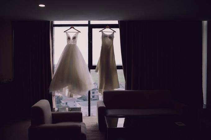 Diệu Thúy chọn 2 bộ đầm trắng thướt tha cho bữa tiệc tối. Trước đó, vợ chồng cô đã tổ chức tiệc mừng ở Pháp.Côkhông nuối tiếc khi từ bỏ showbiz để theo đuổi đam mê làm phi công.