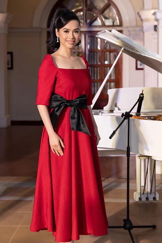 Váy xòe phom dáng cổ điển hợp mốt mùa thu đông được á hậu chọn lựa sử dụng. Tông màu rực rỡ của trang phục, thần thái tự tin khiến Hoàng My nổi bật trong dàn khách mời.