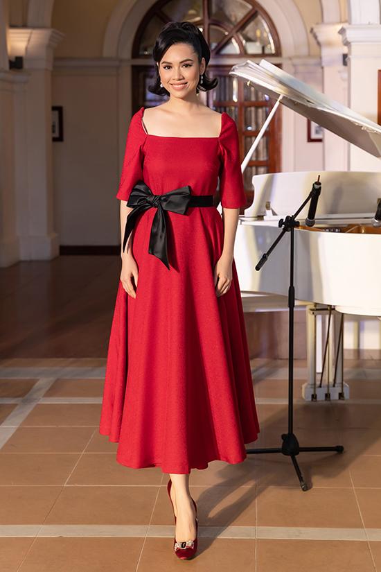 Váy xoè thắt nơ to bản được phối hợp nhịp nhàng cùng giày cao gót nhung mang lại vẻ sang trọng cho Hoàng My.