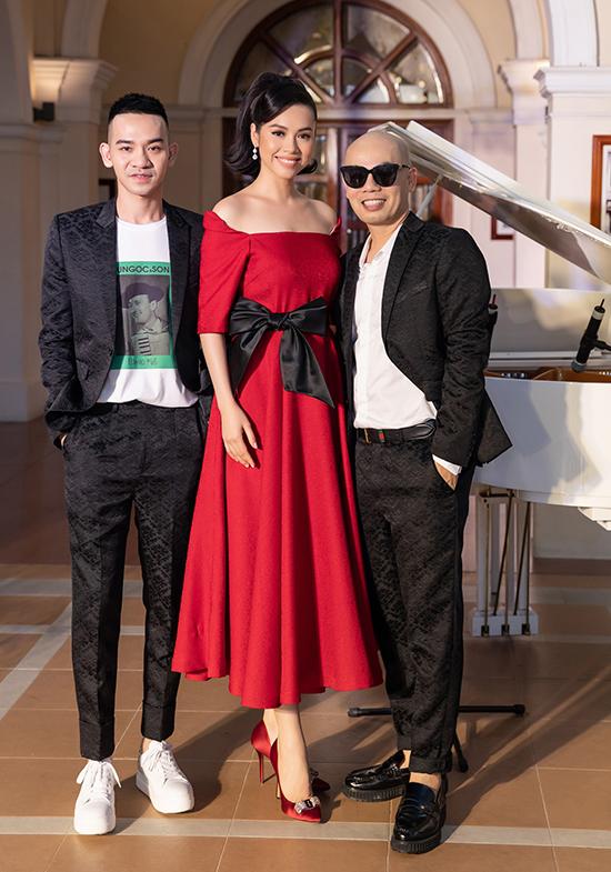 Chiều ngày 12/8, á hậu Hoàng My và các người đẹp nổi tiếng đã cùng góp mặt trong show diễn Domino 68 của hai nhà thiết kế Vũ Ngọc & Son.