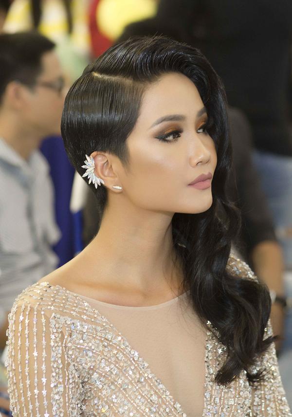 HHen Niê làm khán giả ngạc nhiên khi xuất hiện với mái tóc dài