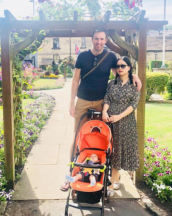 Bé Lina cùng bố mẹ đi thăm thú vùng ngoại ô gần thành phốSheffield (Anh Quốc).