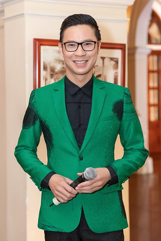 Anh Quân chọn vest tông xanh lá đang được ưa chuộng khi xuất hiện trong vai trò MC của chương trình.
