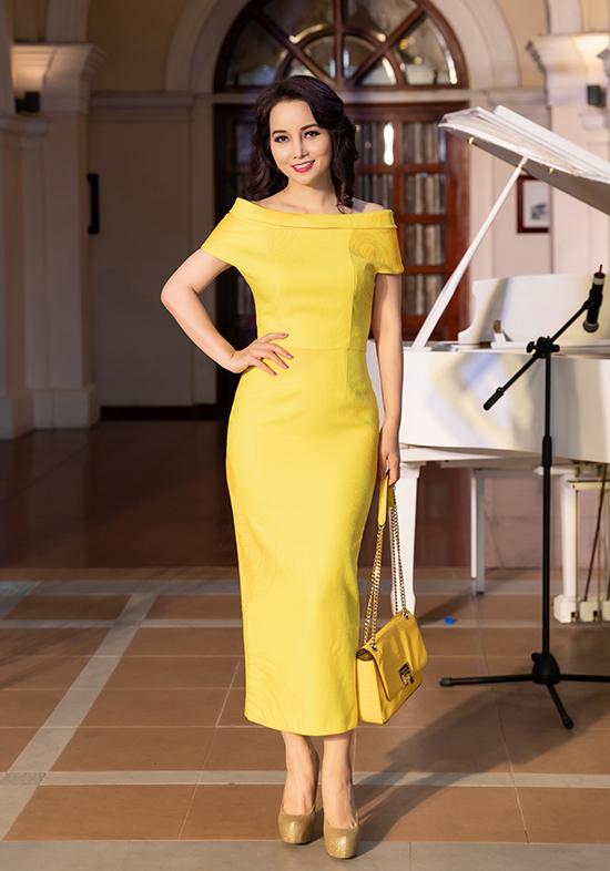 Mai Thu Huyền chọn đầm bẹt vai kiểu dáng thanh nhã để tham dự show diễn thời trang.