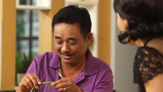 Diễn viên Quốc Khánh  thủ vai ông Thế trong phim với cảnh gà trống nuôi con, nuôi hai cô con gái, thích bà Là hàng xóm, nhưng cứ gặp mặt là lại châm chọc, chê bai.