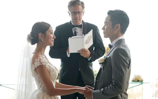 Cô dâu đẹp tinh khôi trong chiếc váy cưới của nhà thiết kế Noel Chu người Hong Kong. Cô nói, khoảnh khắc khi khoác áo cưới, cô đã hạnh phúc đến mức tim đập rộn ràng. Hoa hậu cũng chia sẻ, cô đã lắng nghe một ca khúc vang lên từ nhà thờ, sau đó nắm tay cha tiến về lễ đường, đó là những phút giây không thể nào quên.