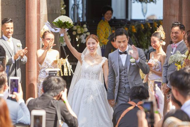 Cặp đôi hạnh phúc rạng ngời trong ngày thành hôn.