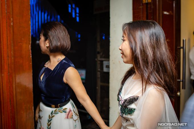 Trước giờ diễn ra Mỹ Linh Tour 2018: Thời gian vào tối qua tại Hà Nội, diva nhạc Việt nắm tay con út không rời.