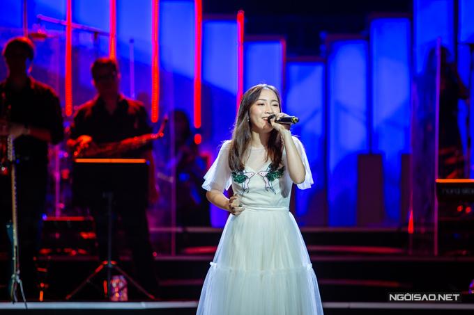 Cũng trong show, Mỹ Anh thể hiện phần lớn nhạc phẩm Bướm trắng của nhạc sĩ Hồng Kiên mà mẹ từng hát khi còn trẻ.