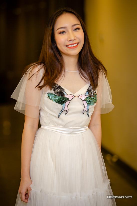 Ở tuổi 16 con út của vợ chồng nhạc sĩ Anh Quân - ca sĩ Mỹ Linh đã lớn phổng phao. Khi xuất hiện trong đêm mở màn cho tour diễn xuyên Việt của mẹ vào tối qua (11/8), Mỹ Anh diện váy trắng bồng bềnh. Cô bé nhận được rất nhiều sự quan tâm từ giới truyền thông.