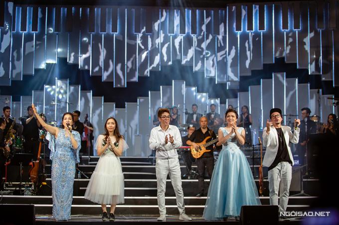 Kết thúc show diễn, Mỹ Linh cùng các khách mời đã vô cùng hạnh phúc bởi khán giả nán lại để hò hét ủng hộ. Tour diễn của Mỹ Linh vẫn tiếp tục trong tối nay (12/8) và sau đó sẽ đến với khán giả Đà Nẵng vào ngày 15/8 và TP HCM ngày 18/8.