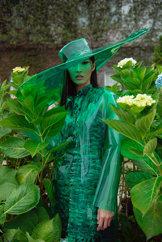 Bốt da cao qua gối, mũ nhựa trong, túi plasic hợp xu hướng góp phần tạo nên tổng thể hoàn hảo cho Green Code.