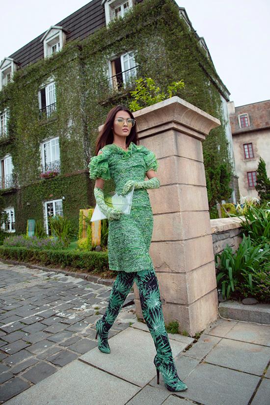 Các trào lưu váy bất đối xứng, đầm trang trí bèo nhún cũng được áp dụng một cách hiệu quả trên từng trang phục.
